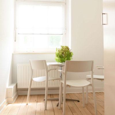 Nutzen Sie unsere Küche mit Kaffee Vollautomat, Kühlschrank, zwei Herdplatten und Spülmaschine für kreative Pausen
